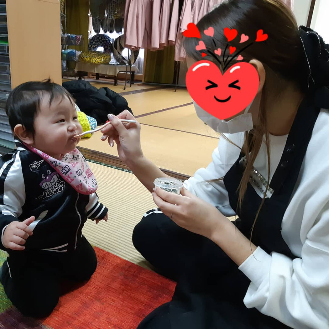 離乳食を食べる9か月男児
