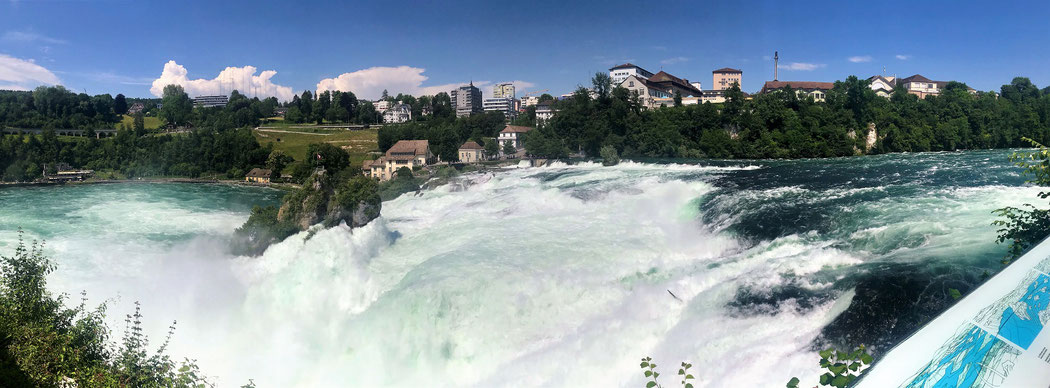 Der Rheinfall - kein unglaublich hoher aber dennoch sehr imposanter Wasserfall bei Neuhausen in der Schweiz.