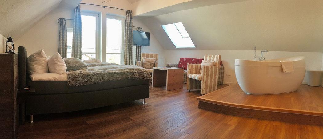 Die Deluxe-Gipfel-Suite im obersten Stockwerk des Löwen  & Strauss mit Whirlwanne im Zimmer.