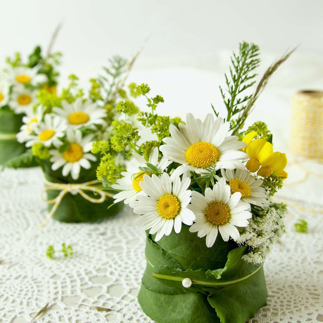 Blumengesteck weisse Margeriten, Frauenmantel, Gräser und Giersch