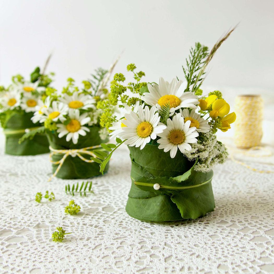 Basteln mit Naturmaterialien: Blumengesteck mit Margeriten und Frauenmantel