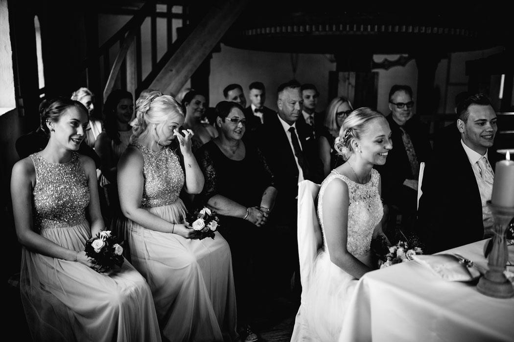 Bademühlen, Heide, Brautpaar, Pose, Hochzeit, Reportage, Real, Wedding, Hamburg, Fischbeck, Zeven, Stade, Vanessa Teichmann, Samuelsen, fotografin, trauung, träne, tränen, freunde, freundin, brautjungfer,