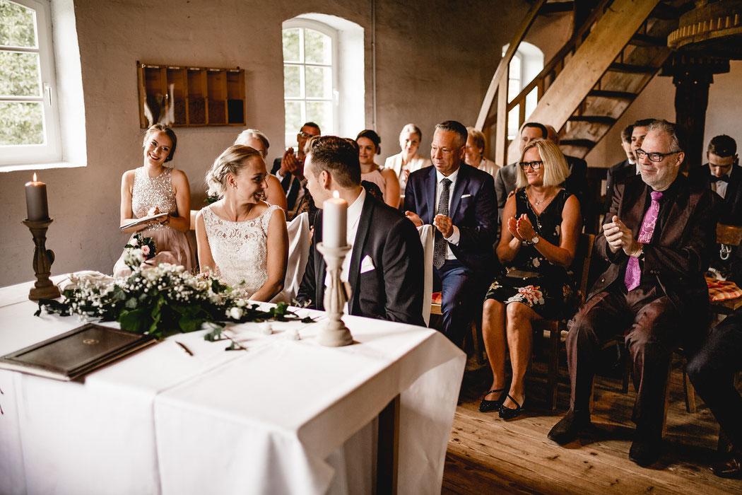 Bademühlen, Heide, Brautpaar, Pose, Hochzeit, Reportage, Real, Wedding, Hamburg, Fischbeck, Zeven, Stade, Vanessa Teichmann, Samuelsen, fotografin, trauung, mühle, standesamt,
