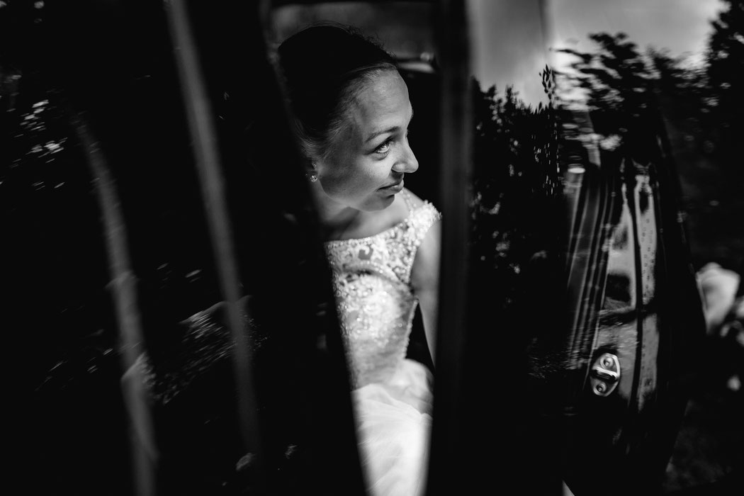 Bademühlen, Heide, Brautpaar, Pose, Hochzeit, Reportage, Real, Wedding, Hamburg, Fischbeck, Zeven, Stade, Vanessa Teichmann, Samuelsen, fotografin, auto, car, ausstieg, lana berendt, polike,