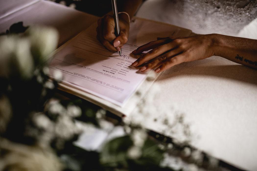 Bademühlen, Heide, Brautpaar, Pose, Hochzeit, Reportage, Real, Wedding, Hamburg, Fischbeck, Zeven, Stade, Vanessa Teichmann, Samuelsen, fotografin, unterschrift, dokument, trauung. standesamt
