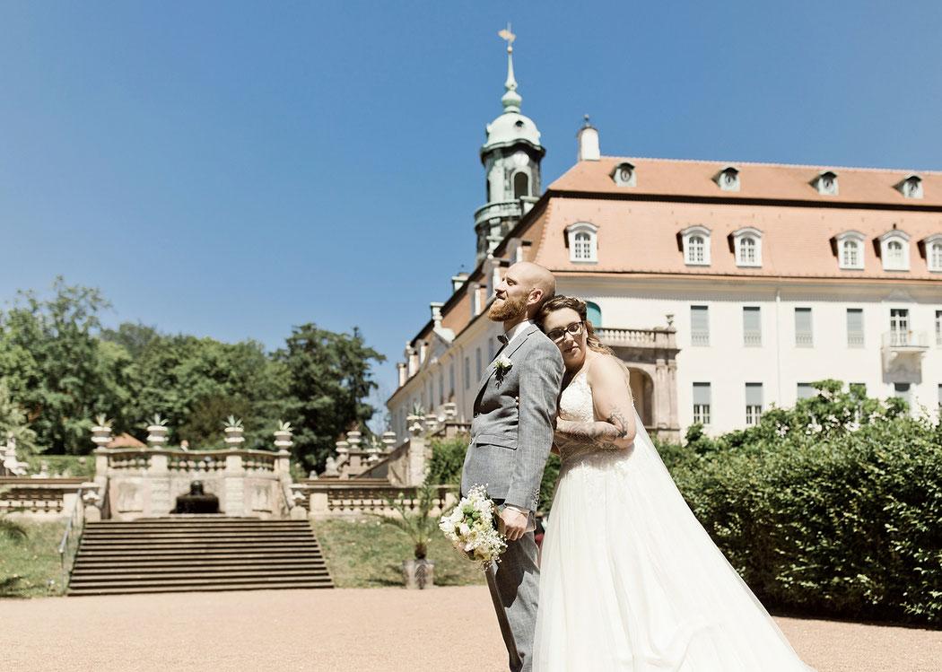 hochzeit auf schloss lichtenwalde bei chemnitz, als hochzeitsfotograf fotoshoting mit Brautpaar im Schlosspark von schloss lichtenwalde