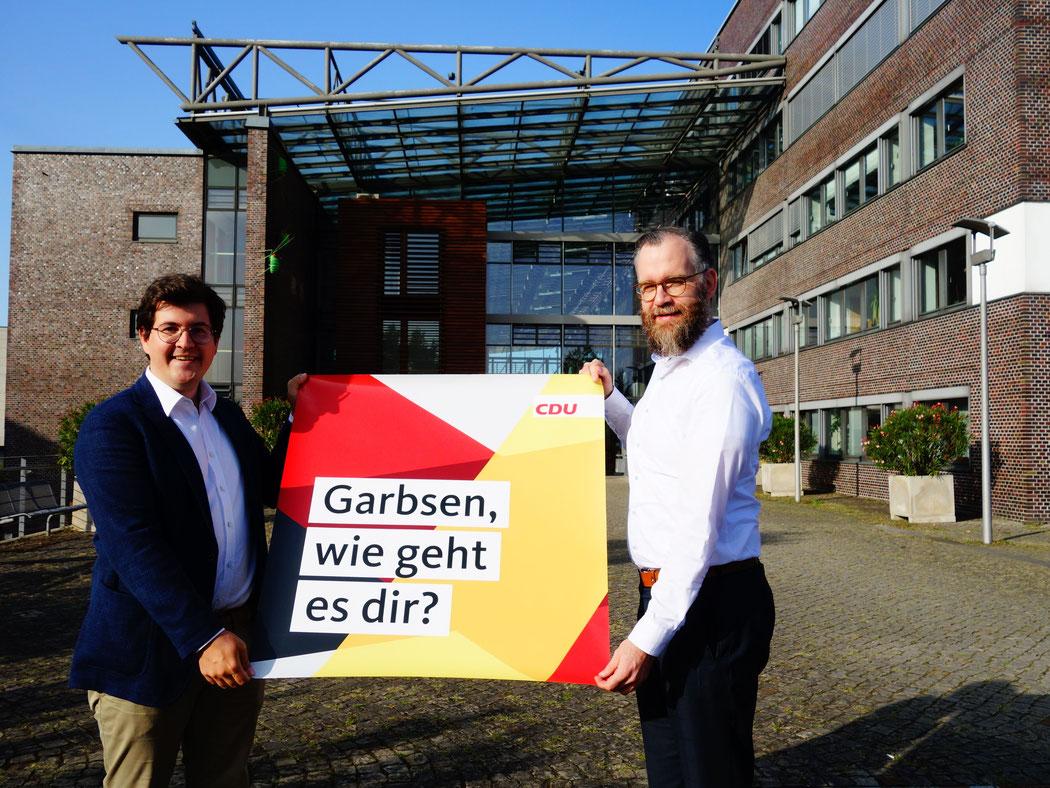 Christof Wenzel (links) und CDU-Stadtverbandsvorsitzender Björn Giesler mit dem Plakat zum Auftakt der Bürgerbefragung (Quelle: CDU Garbsen)