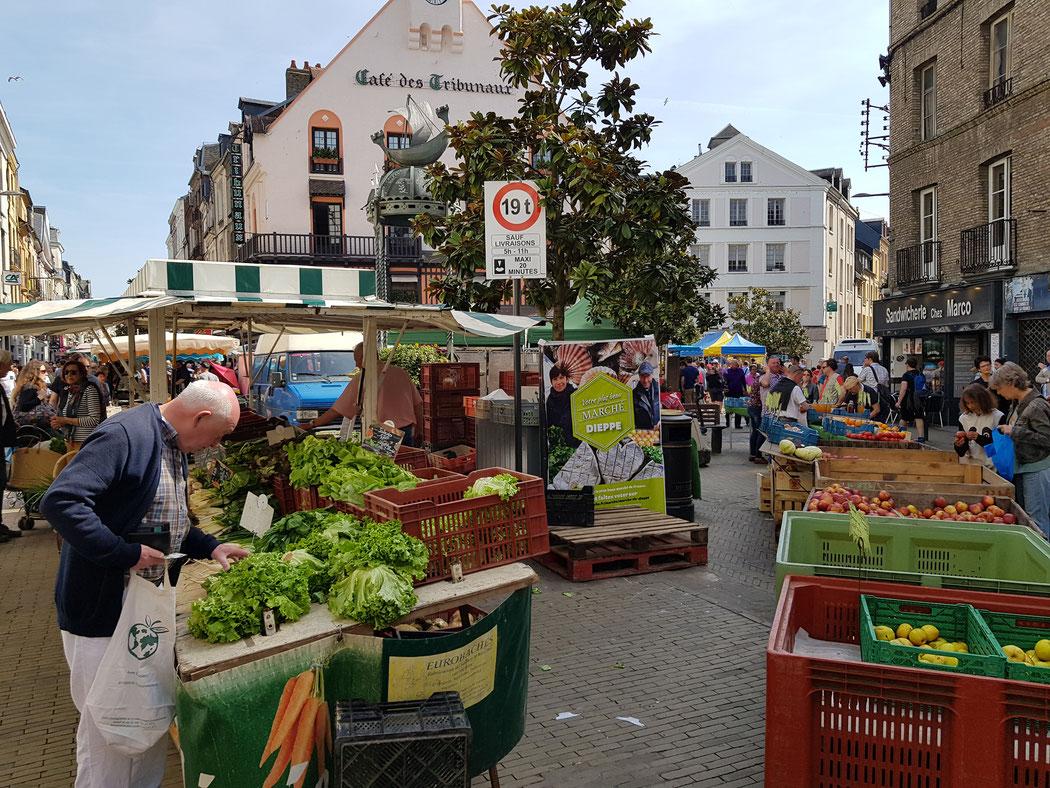 Der Markt in Dieppe in der Normandie. Verfallsdatum: 21.06.2028