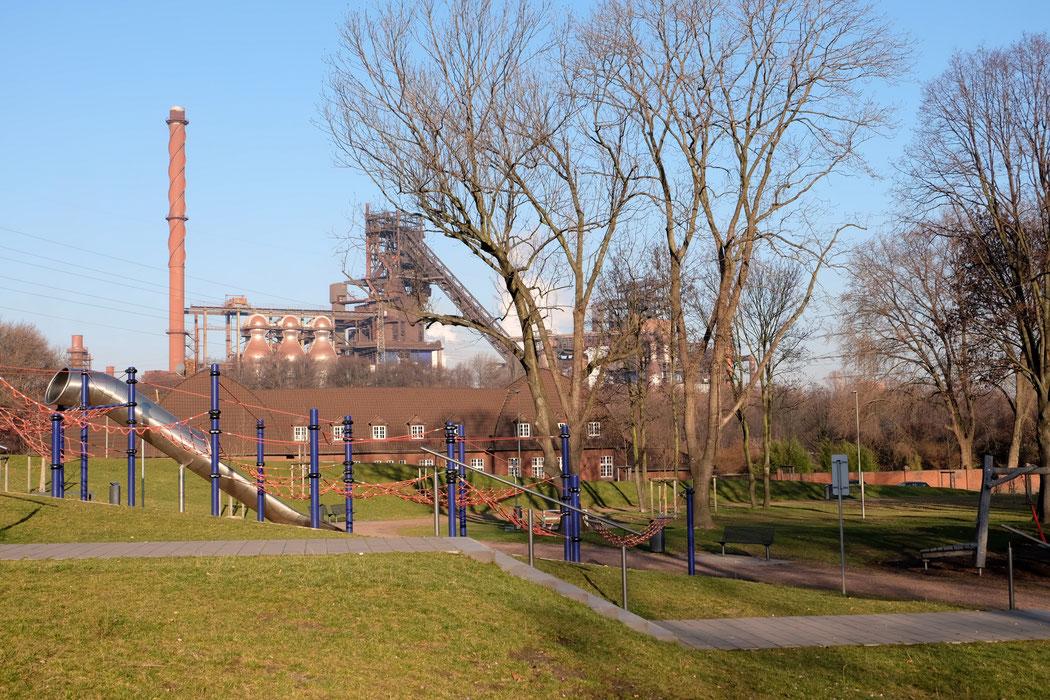 Spielplatz in Marxloh mit Blick auf Thyssenkrupp