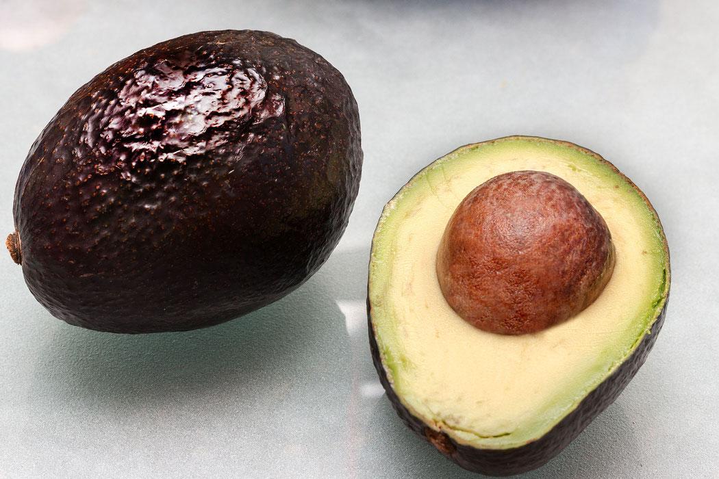 Avocado...ganze und halbe Frucht mit Kern