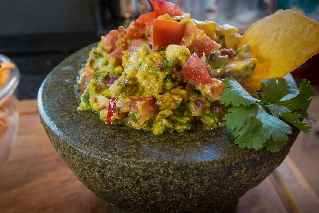 Mexikanische Guacamole angerichtet im Mörser