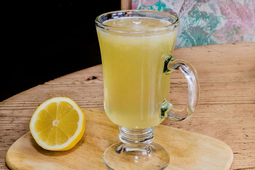 Heiße Zitrone im Glas-ein beliebtes Hausmittel bei Erkältungen