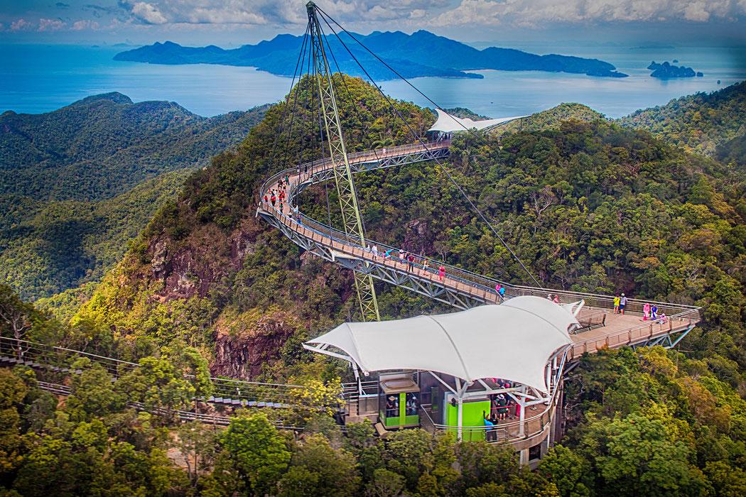 Die Sky Bridge mit ihren Plattformen auf Langkawi mitten im Dschungel mit Blick auf die Andamanensee. Fotos kostenlos downloaden bei www.mjpics.de