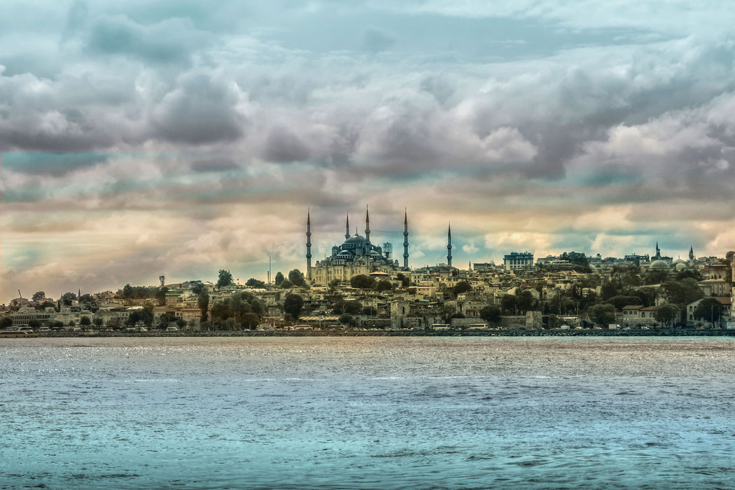 Die Skyline von Istanbul vom Bosporus aus gesehen. Im Hinterrund die Hagia Sophia © Jutta M. Jenning mjpics