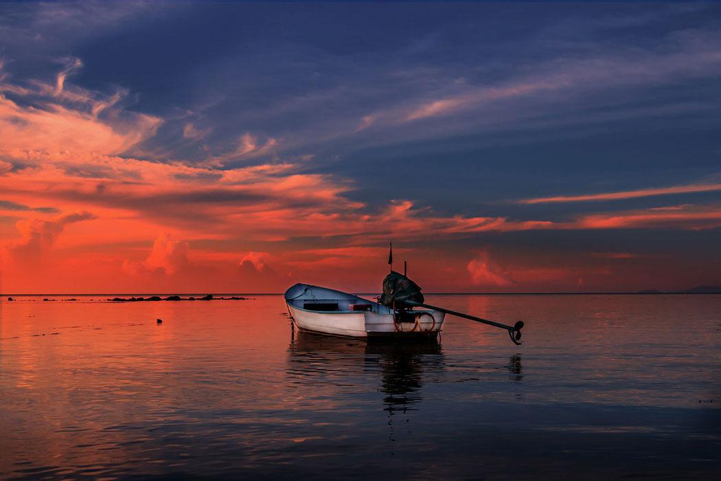 Kleines Fischerbot im Abendrot am Strand von Haad Salad auf Koh Phanghan