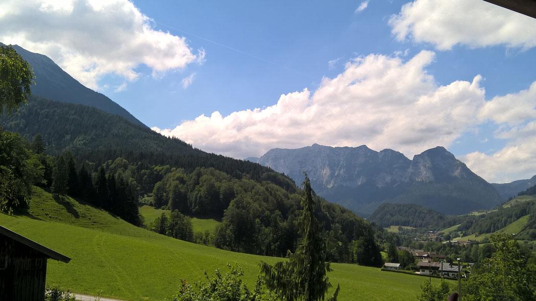 unverbauter Panoramablick vom rundum Balkon auf die Reiteralpe, den Hochkalter und den Steinberg, sowie auf das Dorf Ramsau.