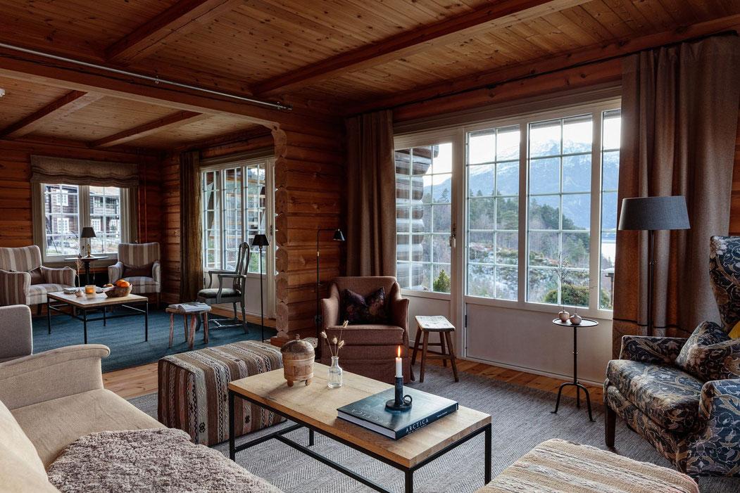 Wohnzimmer des Storfjord Hotels mit Blick über das Wasser