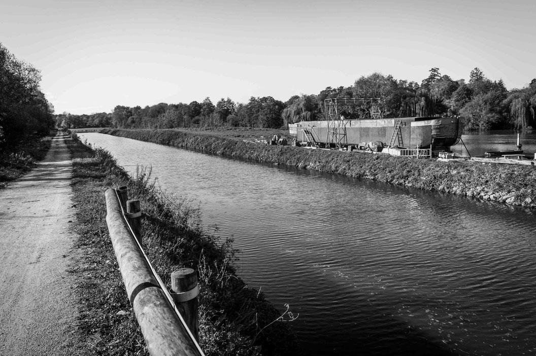 Vue du chemin de halage, du canal et de la Lorraine sur le chantier d'Apigné