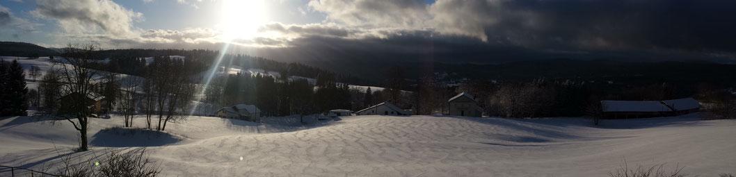 Le Gite de Giron à Giron dans le département de l'Ain, vue depuis la terrasse en janvier 2017, venez profiter de ce beau paysage et des pistes de skis de fond