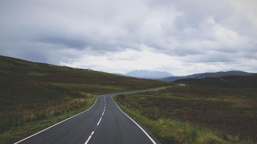 bigousteppes écosse route paysage île de skye camion mercedes