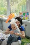 Малыш смотрит календарик с Майклом Джексоном)