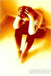 Mujer sentada en el suelo con las manos en la cabeza-ansiedad