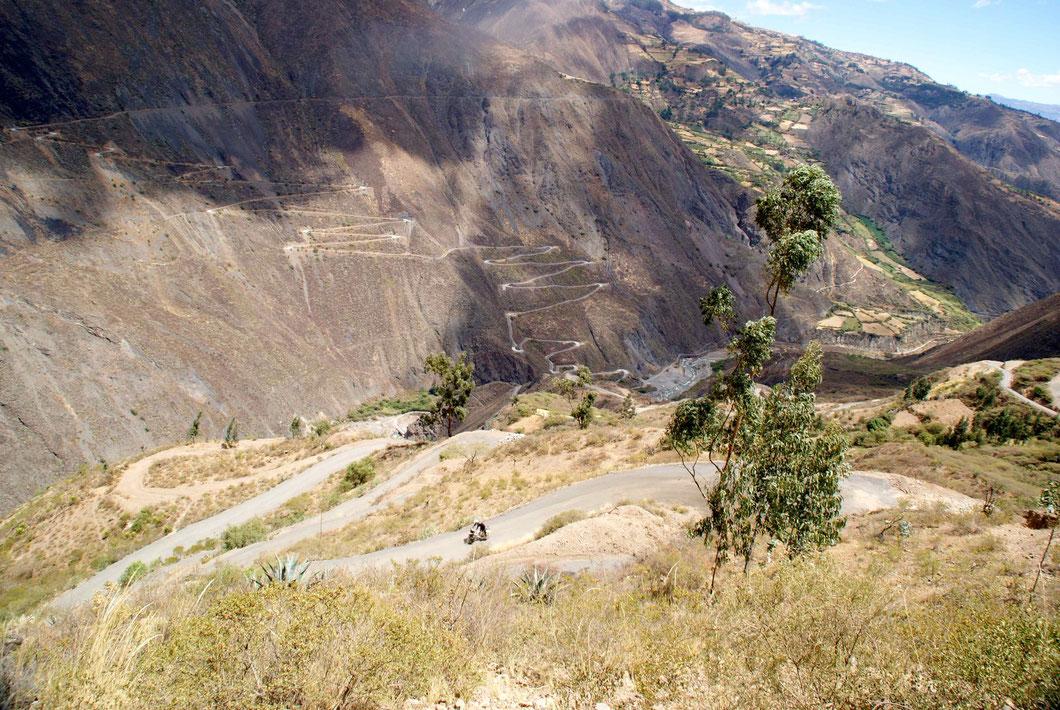De Mollepata, il faut redescendre au fond de la vallée, traverser la rivière Tablachaca (2160 m), puis remonter par d'innombrables serpentins jusqu'à Pallasca, 3131m.