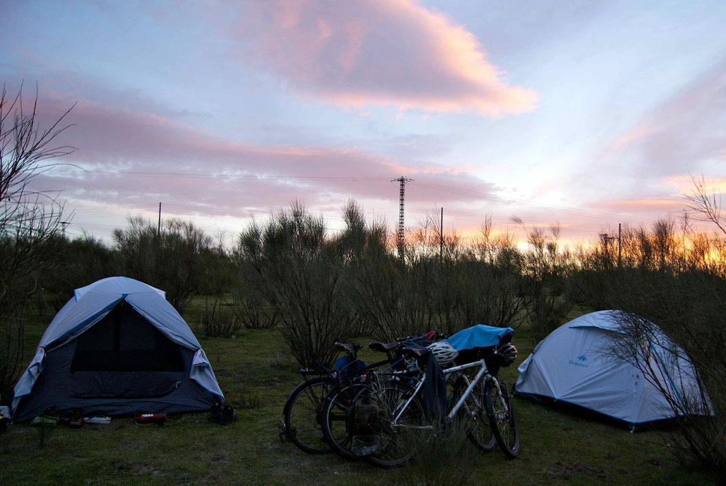 Europa. Das Abenteuer geht weiter. Unsere erste Nacht im Ersatzzelt draussen in der Pampa.