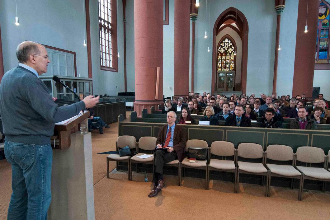 Vortrag in der Kilianskirche. Steinacker (links), Propst Helmut Wöllenstein (vorne mitte). (Foto: Karl-Günter Balzer)