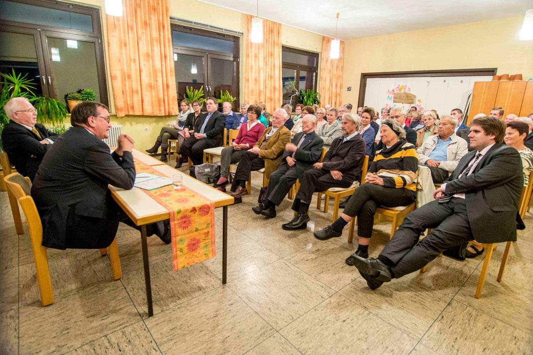 Diskussion mit dem Publikum: Moderator Dekan i.R. Rudolf Jockel (links) und Bischof Prof. Dr. Martin Hein (Fotos: Karl-Günter Balzer)