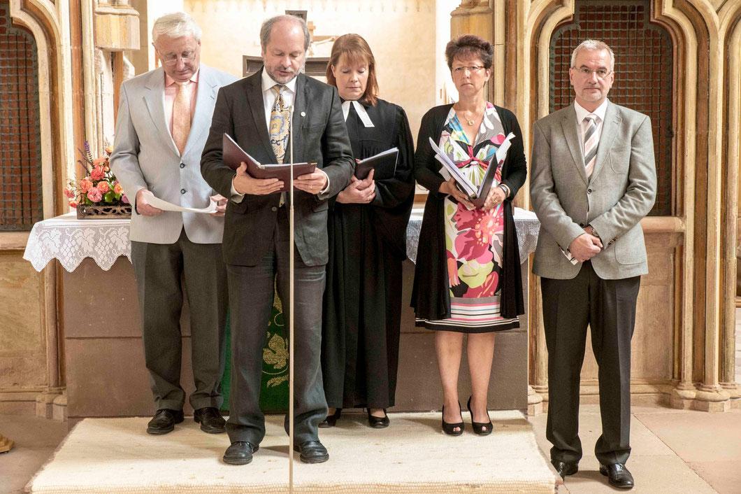Bildungsreferent Dieter Lomb, Dekanin Petra Hegmann und Mitglieder der Kreishandwerkerschaft Waldeck lasen die Fürbitten (Foto: Karl-Günter Balzer)