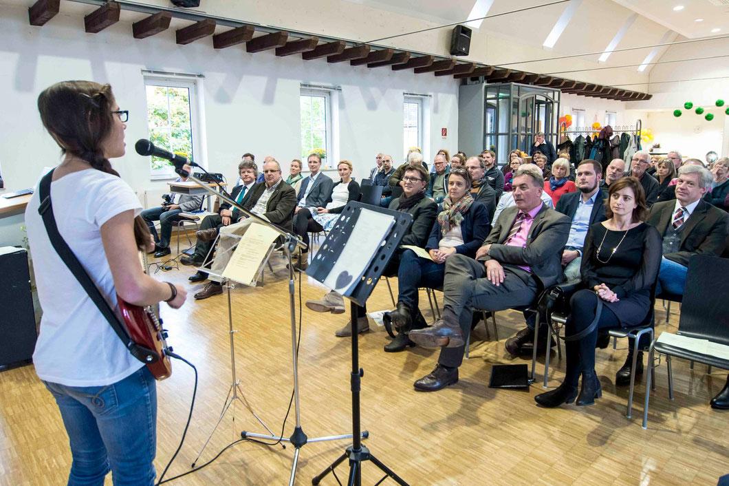 Alena Weitzel vor der Festgemeinde (Foto: Karl-Günter Balzer)