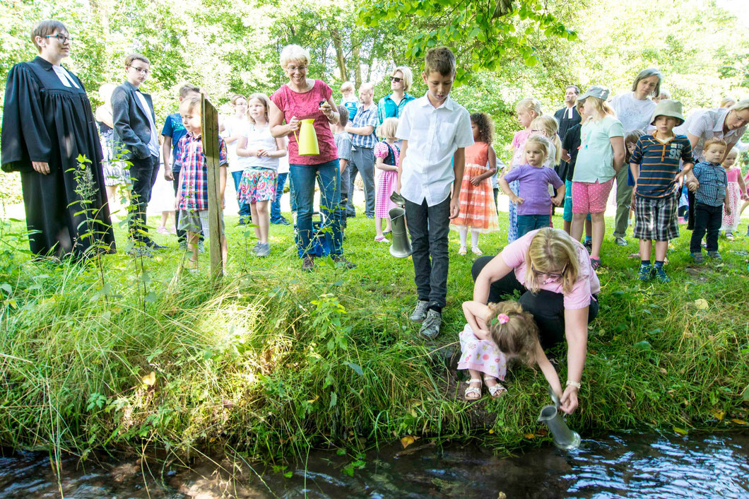 Die Kinder holen das Taufwasser. Links: Pfarrerin Kathrin Wittich-Jung (Foto: Karl-Günter Balzer)