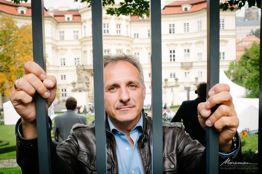 Today he lives in West Germany: Former refugee Tilo Beutmann at the fence he once climbed