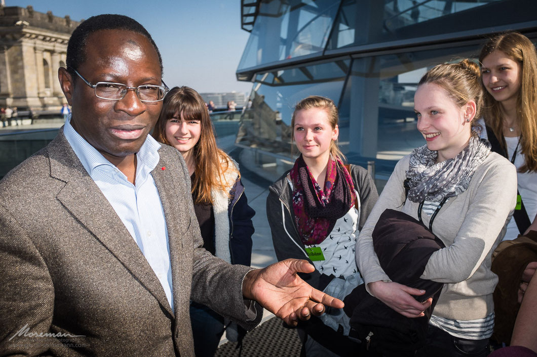 Parliamentarian Karamba Diaby talking to German school students