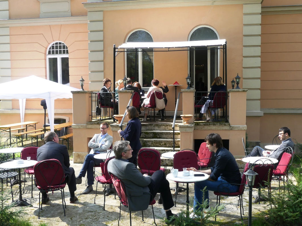 Auch in den Pausen wurde intensiv diskutiert; Foto: Antje Reichert