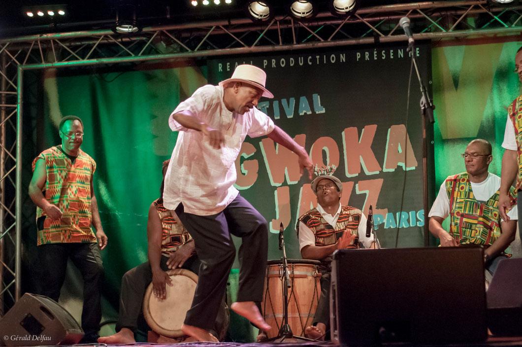 Jacky Jalème danse accompagné du groupe Indestwas Ka
