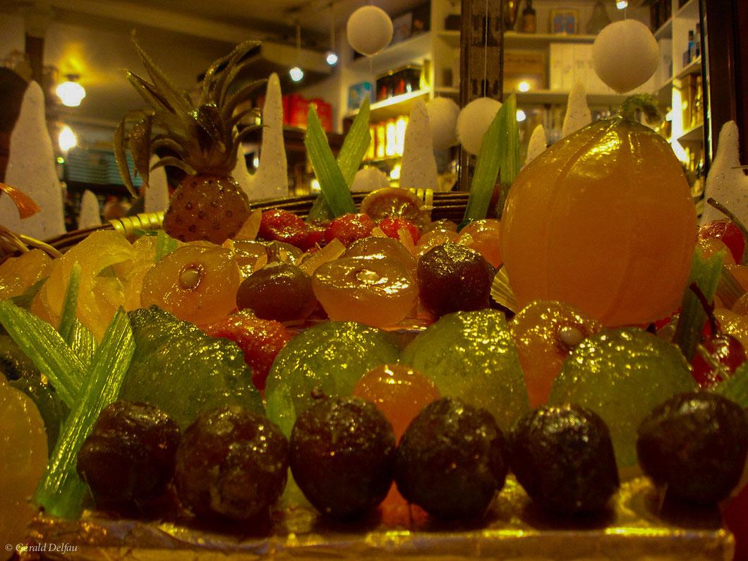 Appétissant fruits-confits en devanture d'une confiserie parisienne