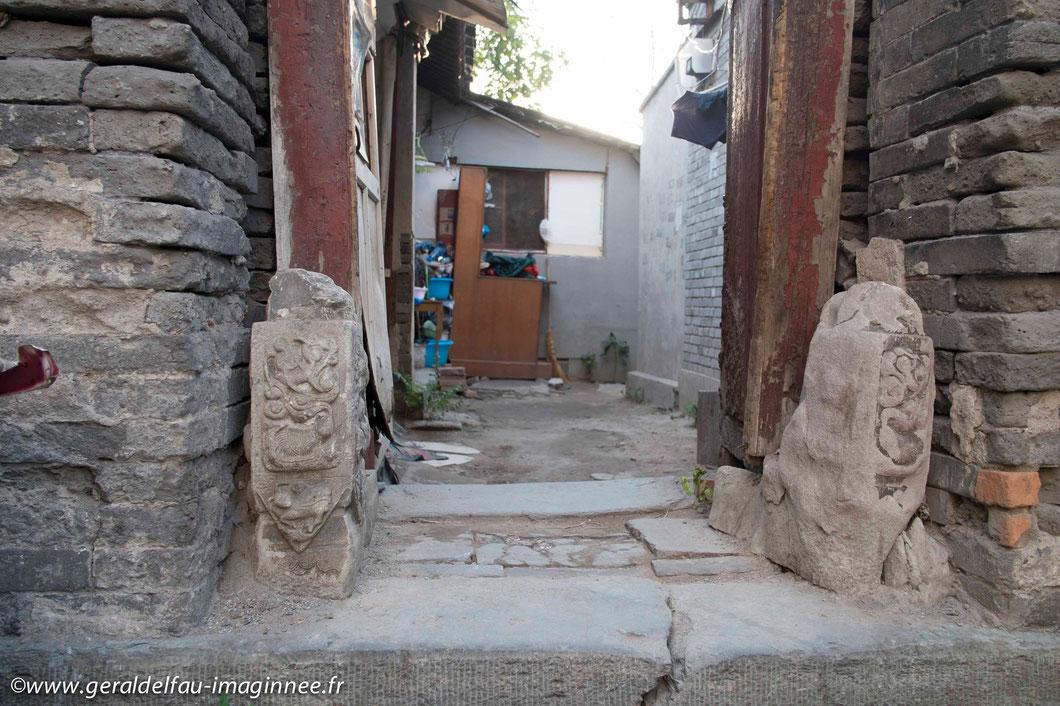 Demeure traditionnelle pékinoise. Les deux pierres qui indiquent l'entrée peuvent avoir 700 ans