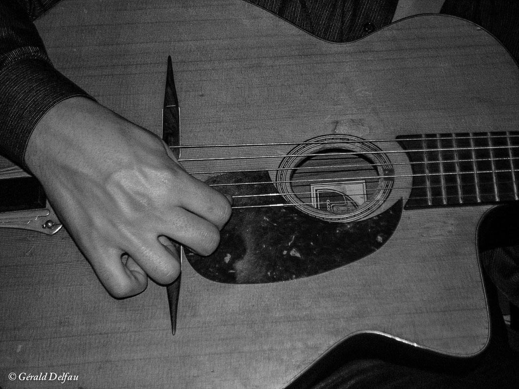 La main et sa guitare à Fontenay-sous-bois