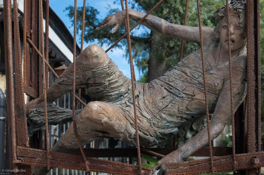 Sculpture expressive, cours d'un atelier d'art, domine la rue