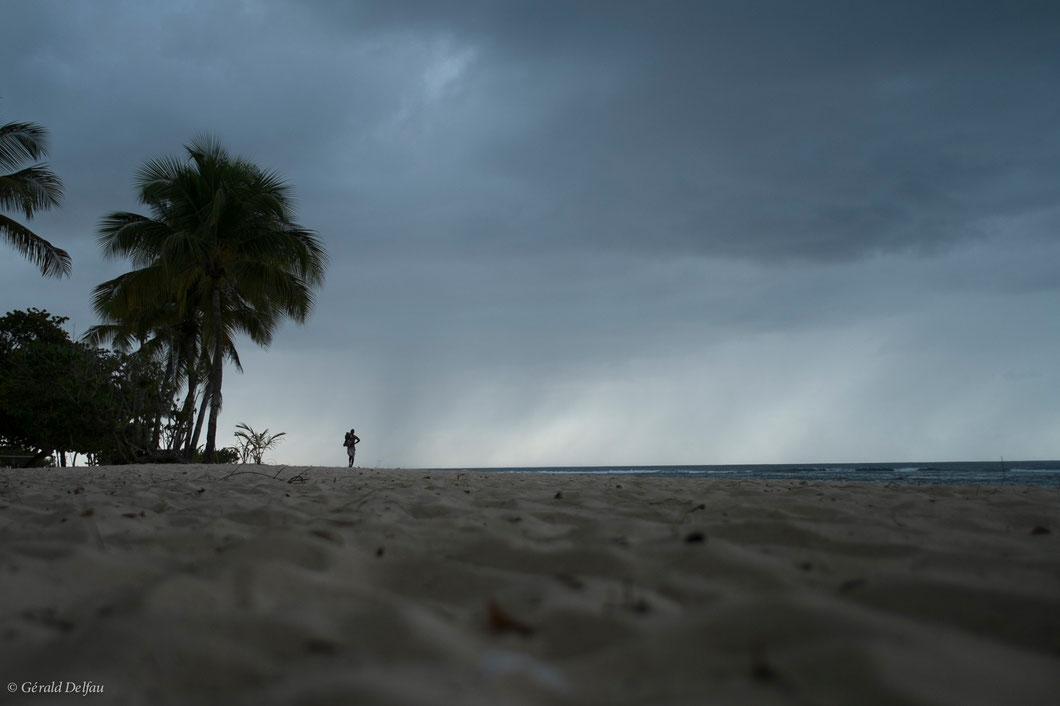 Fin de la baignade, à Anse Bertrand à la Guadeloupe, avant la volée du soir. Le ciel est chargé d'un orage imminent