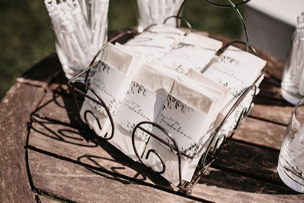 Brautpaar küsst sich nach dem Jawort bei ihrer freien Hochzeitszeremonie