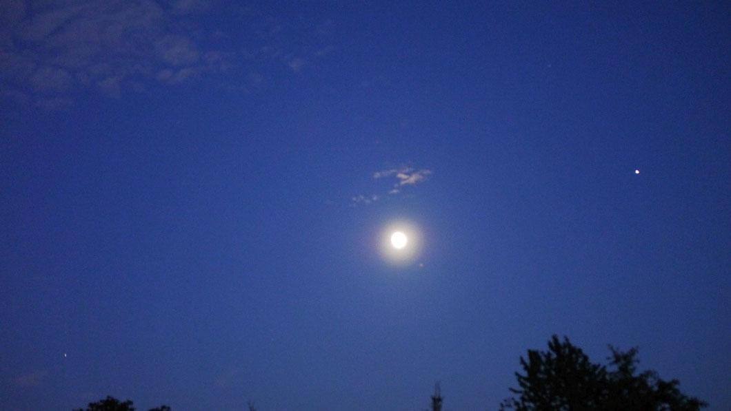 ... und dann gesellten sich auch noch die Planeten Saturn (links unten) und Jupiter (rechts oben) dazu ...