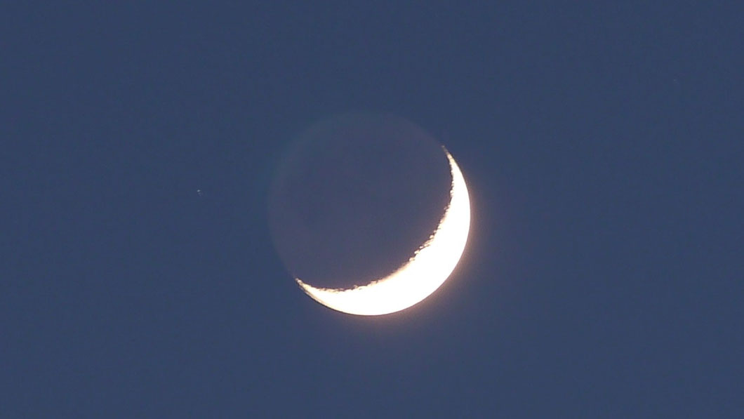 Mond mit dem Stern Aldebaran am 10.04.2016. Ort: 50321 Brühl, 19:56 MESZ