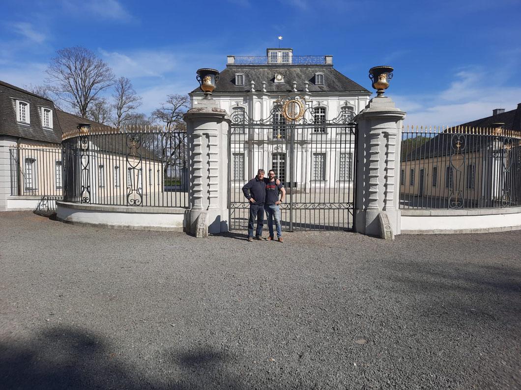 Mit dem Schwiegersohn vor Schloss Falkenlust in Brühl