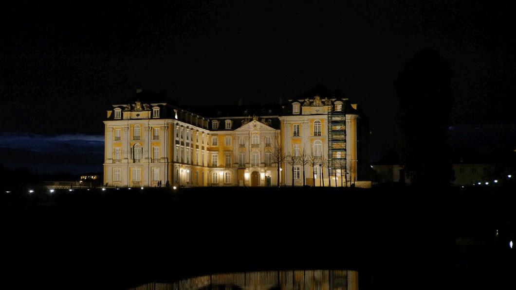 Schloss Augustusburg, Brühl am Abend (19.12.2020)