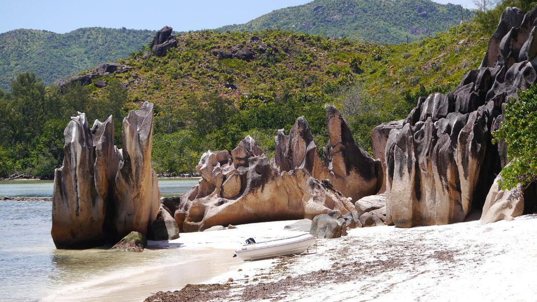 Granitfelsen am Strand der Insel Curieuse