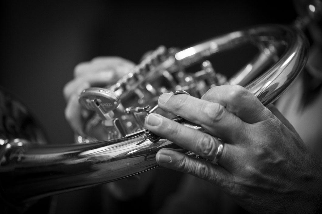 Der populäre Trompeter Bernhard Kratzer spielt im Kloster Bronnbach auf einem Horn