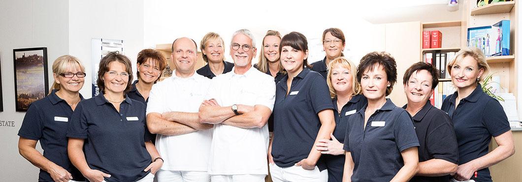Dr. Mangel und Dr. Schwadtke mit Team - Zahnarzt-Zentrum-Kassel